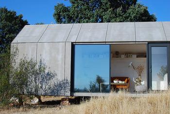 なにも装飾のないシンプルさがかっこいい!外観や家のインテリアからセンスを感じられますね。
