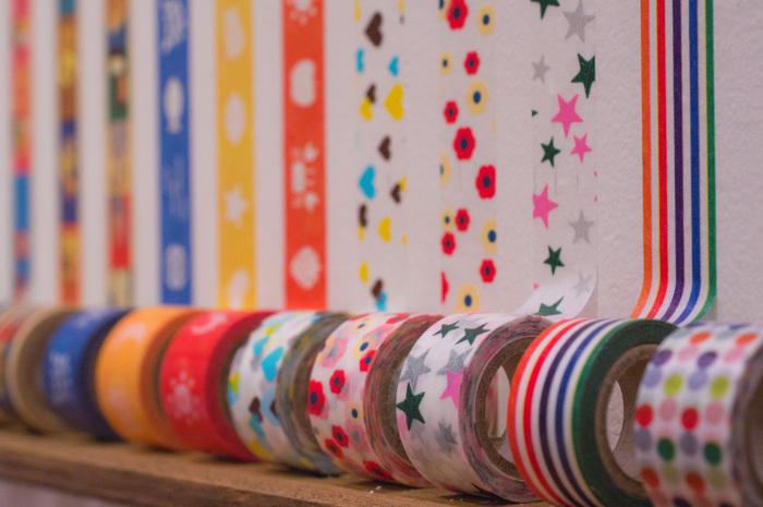 「マスキングテープ(マステ)」とは、養生や保護などに用いる「はがす」ことを前提に開発された粘着テープのこと。粘着力が弱く、貼ったりはがしたりしやすく簡単に切れるのが特徴。最近では、工業用途で使われていたテープを基に、かわいい色や柄のプリントをのせて文房具としてリプロダクトしたものが、注目を集めています。