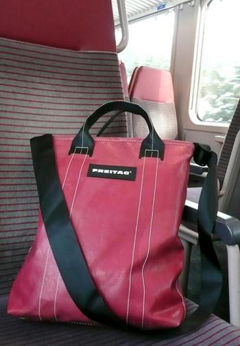このように、トラックの幌がオシャレなバッグに大変身! バッグのストラップには、シートベルトを再利用。