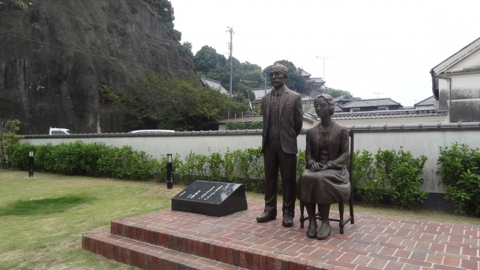 竹鶴酒造がある本町通りを少し北に進むと、竹鶴政孝氏とその妻、リタさんの銅像があります。