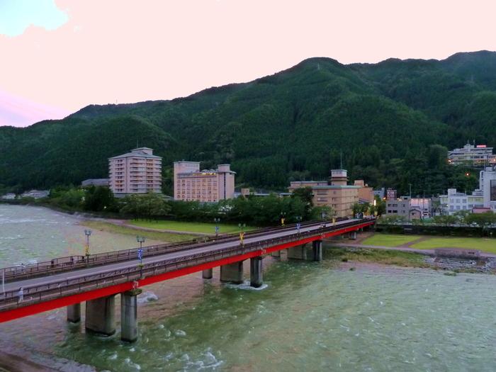 噴泉地からは、いで湯大橋や、温泉街を一望することができます。