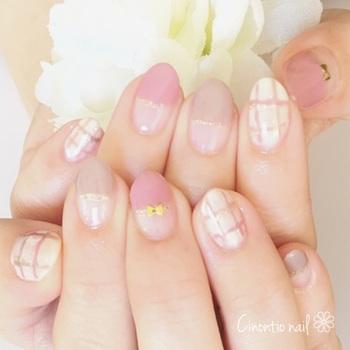 指先から春の訪れを感じられる、かわいい色使いのネイル。ハーフフレンチになっている部分にマステが使用されています。