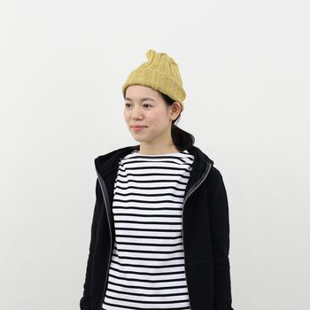 モノトーンのボーダースタイルに、差し色としてマスタードのニット帽をプラス。鮮やかなニット帽を加えることで、顔周りがパッと華やかになりますね。