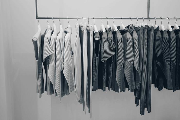 上品で穏やかな印象を与える「グレー」は、落ち着いた大人の女性だからこそ着こなせる色です。「グレー」のお洋服を纏うだけで、おしゃれな雰囲気を醸し出せますよ。