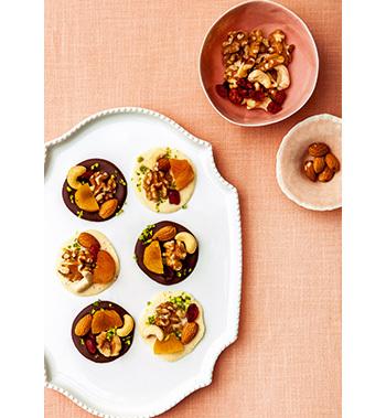 スパイスを効かせたチョコに、お好みのナッツやドライフルーツをデコレーション。とっても華やかでプレゼントにぴったり。