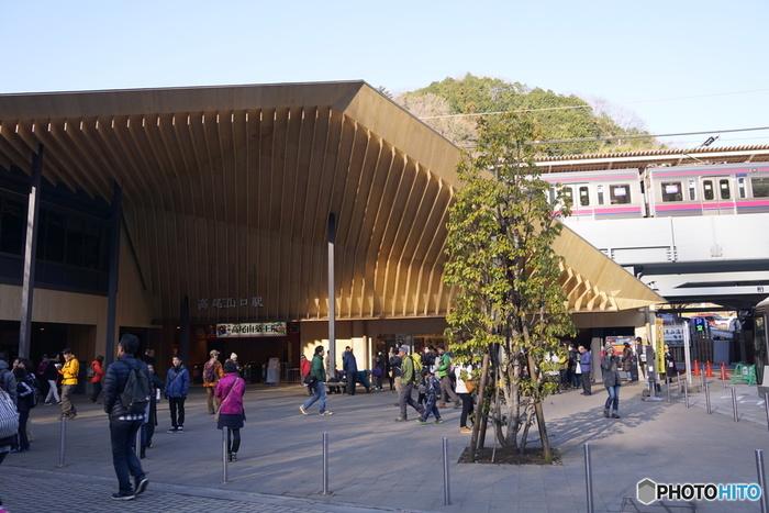 「高尾線」の終点は高尾山口駅。ここ数年人気が高まっている高尾山を登るにはこの駅からが最もアクセスがよく、行楽シーズンには大変なにぎわいになります。