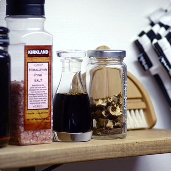 ほかの調味料と並べておいても、違和感なくすっと馴染んでくれる醤油さし。お友達にプレゼントしても喜ばれるアイテムです。