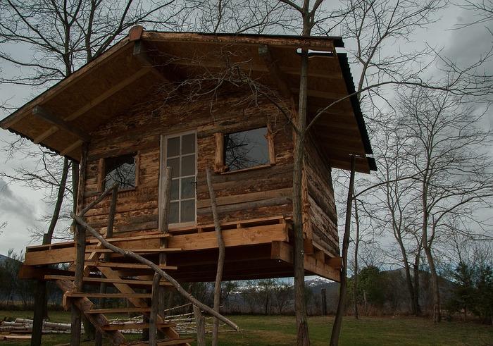 こちらのロッジハウスは、窓枠や階段の手すりまで木にこだわって作られています。秘密基地のようで大人でもワクワクしちゃいますね。