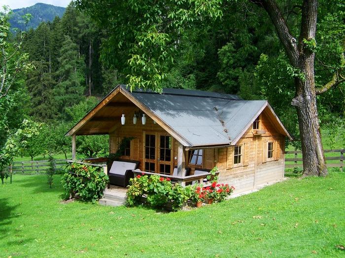 階段をつければ立派な玄関になります。デッキにソファーを置いたり、花を植えたり、お好みで飾り付けをして素敵な一軒家の完成です。