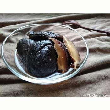 お弁当のおかずは緑・黄色・赤を入れるのが基本ですが、黒を入れることでグッとひきしまります。しみじみ美味しい椎茸のうま煮は、どこか懐かしい味わい。薄く切ってちらし寿司の具にするなど、あると助かる名わき役です。冷凍もできますよ。