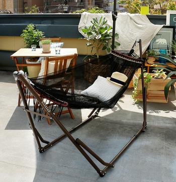 リラックスできる椅子といえば、やっぱりハンモック。自立式なら設置もカンタン。移動もできるので、天気のいい日だけベランダに移動してもいいかも◎