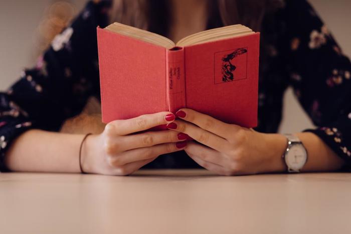 一息ついたら、読書にふけるのもオススメです♪おひとりさまの休日は、いつか読もうと思っていた本を読み始めるのにぴったりの日。静かなカフェを選んで、たっぷり時間をかけて読みふけりましょう。