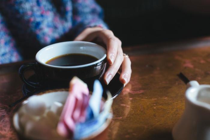 手持ち無沙汰になるとすぐスマホを取り出してしまうという人も、おひとりさまの時間を過ごす時はあえてぼーっとしてみましょう。一杯のコーヒーを味わいながら、この後何をしようかプランを練るのもいいですね。