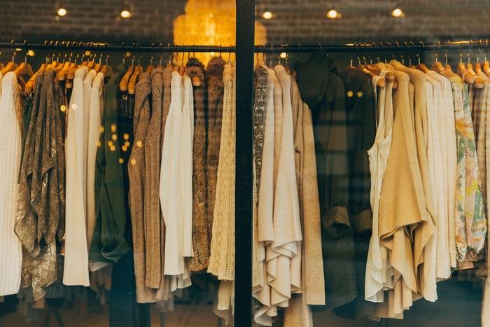 洋服や靴などを買う時も、おひとりさまの方が身軽に行動できます。気になるお店をいくつも回ったり、フィッティングに時間をかけたりしても、一緒にいる人を待たせる心配がないので気が楽ですよね。