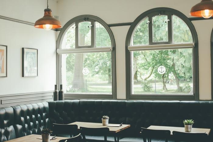休日を一人で満喫することにあまり慣れていない人は、まず身近な場所へ出かけてみましょう。オススメは居心地の良さそうなカフェ。窓からの眺めがきれいだったり、ソファ席があったりすると、一人でものんびり過ごせるはずです。