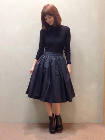 ウエストの切り替えやスカート部分のプリーツなど、ディテールにこだわりが感じられる美しいシルエットのセットアップワンピースはお出かけにもぴったり♪
