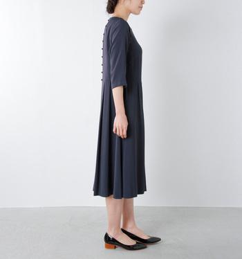 よそ行きにもぴったりな正統派ワンピース。スタイル良く見えるスカート丈や袖丈は、なかなか出会えません。一列に並んだ後ろボタンがクラシカルな雰囲気を醸し出してくれます。
