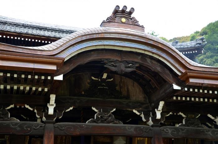 三室戸寺には三頭の龍(辰)の彫刻があります。 いづれも蟇股(かえるまた)に彫られていますが、三頭みつければ昇運がつくといわれています。散策がてら探してみましょう。