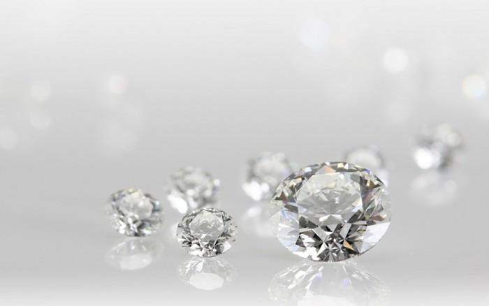 世界でも最高級と評されているティファニーのダイヤモンドは、4c(カット・カラット・カラー・クラリティ)の基準に加えて、独自の5番目「存在感〈プレゼンス〉」の品質基準を採用しています。せっかく思い切って買う一生もの。ぜひ長く愛用できる本物を身に着けたいですよね☆