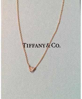 幅広い価格帯も魅力のペンダント。チェーンの素材やダイヤのサイズを、好みや予算に合わせて選ぶことが出来るのがうれしいですよね♪