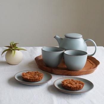 紅茶はティーパックよりもリーフを使って。あらかじめ、ポットとカップを温めておくのがポイントです。 茶葉の目安は、1.5g~2g。ティースプーン山盛り1杯がこれくらいに当たります。  茶葉は、お湯の対流によって開いていくので、一度に2人分淹れたほうが美味しいのだとか。沸騰したお湯を勢いよく注ぎ、フタをしたら茶葉に合わせて2~4分蒸らします。