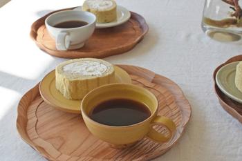 茶こしで濾しながら、最後の一滴まで注ぎます。紅茶の最後の一滴は「ベストドロップ」と呼ばれる程、味と香りがたっぷり含まれています。余った紅茶は、ポットにティーコゼをかぶせておけば、温かいままで楽しめますよ。