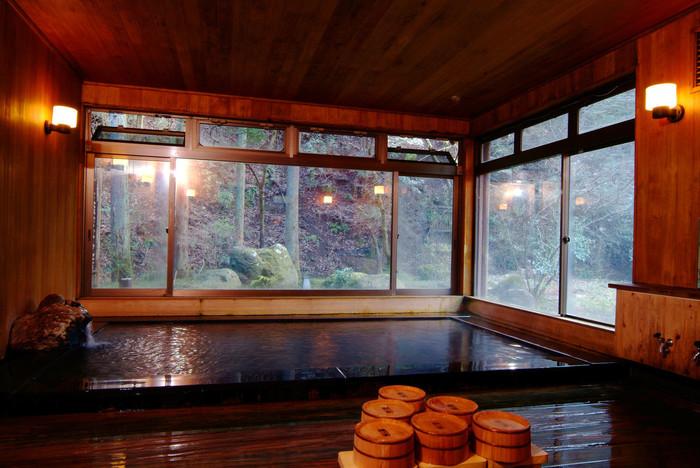 総檜のお風呂は、昔からくすり湯と言われてきたそうで、体の芯まであたたまり、湯冷めもしにくい、アルカリ性が強いお湯だそうです。お風呂場のドアを開けた瞬間の総檜の香りもまた、心の奥まで癒してくれますよ。