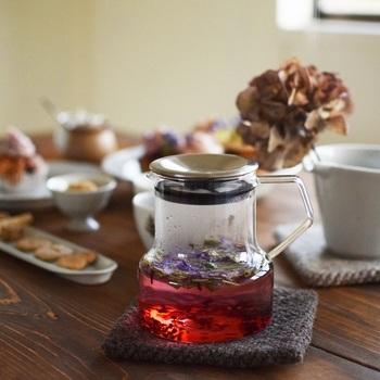 紅茶はバリエーションもあり、色々と楽しめるのも嬉しいですが、ハーブティーもおすすめ。種類によって香りも味も、気分も変わってくるので、色々な種類を揃えておくと楽しそう♪ お気に入りのスイーツを添えて、オープンテラスのティータイム気分を満喫してみてくださいね。
