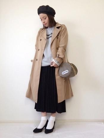 女性らしいプリーツスカートに、カジュアルなトレーナーを合わせたMIXコーデ。パンプスを合わせればカジュアルになりすぎず、上級者の着こなしが叶います。