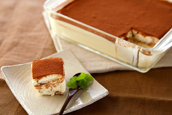 ムース生地にゼラチンを入れると、冷蔵庫で冷やし固めた時にしっかりした食感に。 お好みの冷やし加減で楽しんで♪ ほろ苦くてとろけるティラミスは大人ご褒美ケーキです。