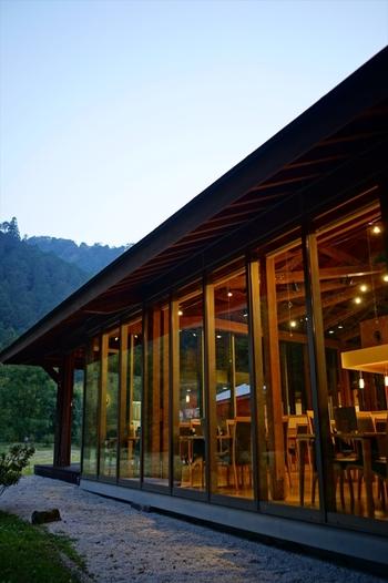 併設されている「カフェせせらぎ」では、ビールやコーヒー、そして軽食を楽しむことが出来ます。名前の通り秋川のせせらぎを楽しめるような開放的なつくりで、目の前の自然を体感できます。