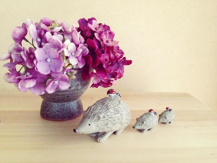 フェイクの紫陽花と小さめの器、可愛いオブジェを組み合わせて。言われなければフェイクフラワーだと気付かないかも!