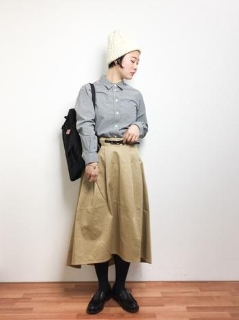 ギンガムチェックシャツにフレアスカートを合わせた女の子らしいスタイリング。小物はモノトーンを選んで大人っぽく仕上げるのがポイントです。