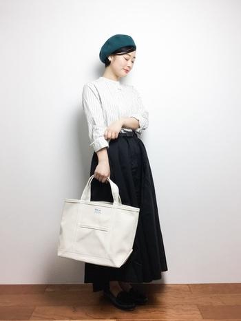 大人な印象のピンストライプシャツにボリュームたっぷりなフレアスカートを合わせたスタイリング。差し色のベレー帽がクラシカルでキュートなアクセントです。