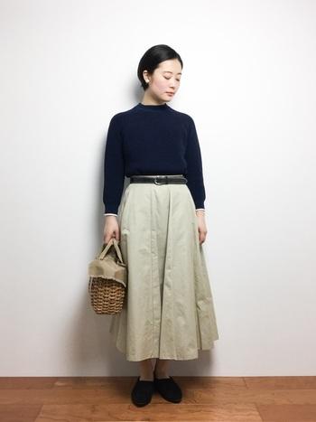 ハイネックトップスはそれだけで一気に今年っぽい雰囲気に仕上がるのでおすすめのアイテムです。フレアスカートとかごバッグを合わせて、ナチュラルでシックなレディスタイルの完成です。