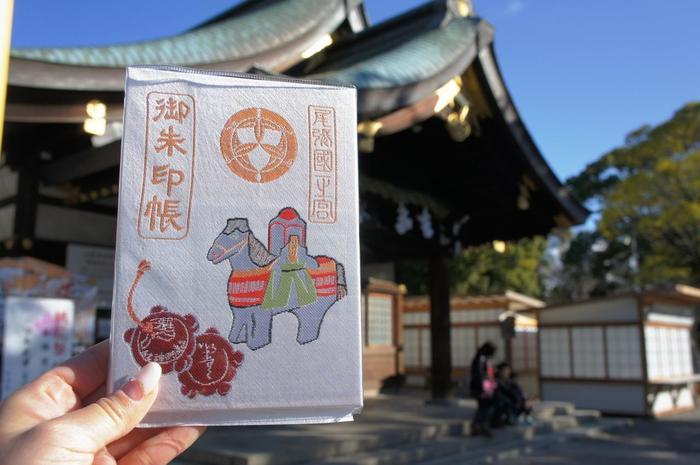 愛知県一宮市の真清田神社の御朱印帳。飾り馬と土鈴、裏表紙は桃の花だそうです。女性好みのやさしいデザイン。