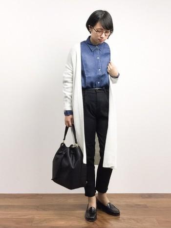 モノトーンでまとめたシックな装いに、デニムシャツの差し色が爽やかなスタイリングです。