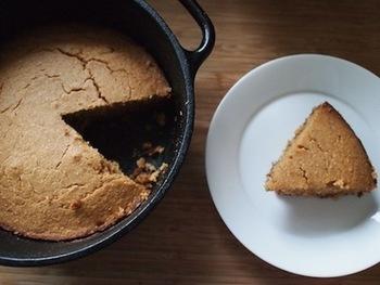 コーヒーや紅茶と相性抜群のシナモンコーンブレッド。甘さ控えめに仕上げてるので、お食事に添えるパンとしても◎ フライパンで作れてしまう手軽さもコーンブレッドの魅力!