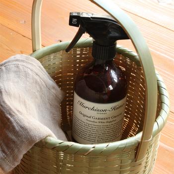 掃除道具は持ち手付きのかごなので、移動もラクラク。竹かごに収納することで、目隠しにもなってくれます。