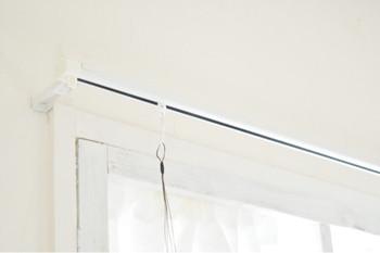 壁にレールを取り付けワイヤーで額や棚を吊るします。設置には小さなピン程度の傷で済むものも多く、賃貸では、元から設置されているお部屋も増えているようです。