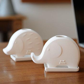 ゾウとハリネズミが可愛いすぎる加湿器。自然気化式の加湿器なので電気を使わずに使えます。お子さんの部屋にも安心して置くことができますね。