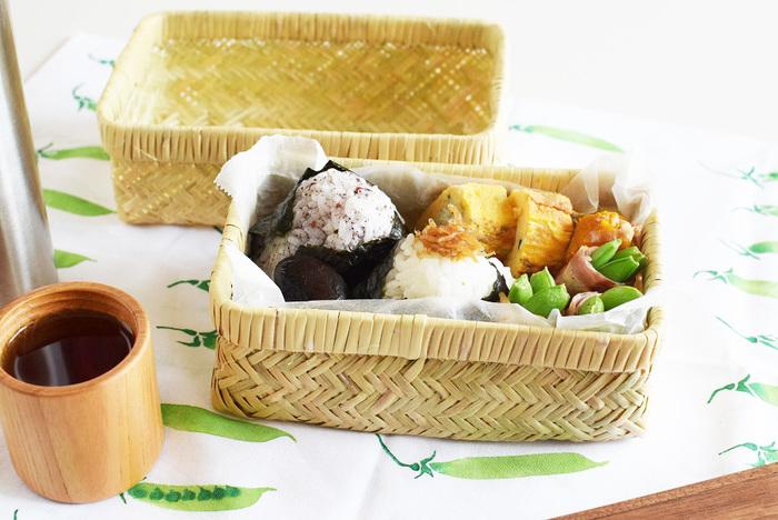 あじろ編みの竹かごのお弁当箱。お弁当に温かい物を詰めてしまっても、通気性が良いので蒸れません。お弁当箱に、ラップフィルムやワックスペーパー等を敷いてから、中身を詰めると、お弁当箱をきれいに保てます。笹や竹の皮を敷くのもおすすめ。