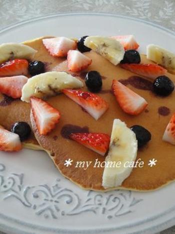 おやつとしていただくなら、ホットケーキも食べやすくておススメです。コーンミールと薄力粉に牛乳や卵を混ぜて、両面を焼くだけ。季節のフルーツや生クリーム、チョコレートやココアパウダーを添えるなど、その日の気分でアレンジの幅も広がります♪