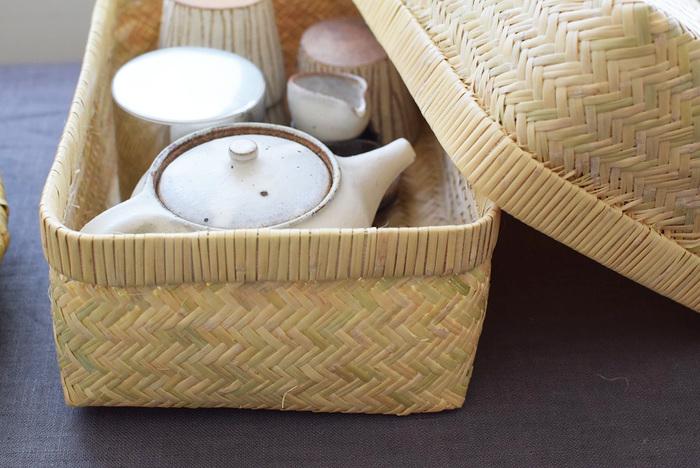 竹かごにお茶セットを一つにまとめておくと、使いたいときにすぐ使えるので◎使わない時は蓋をして収納できるのもうれしい。