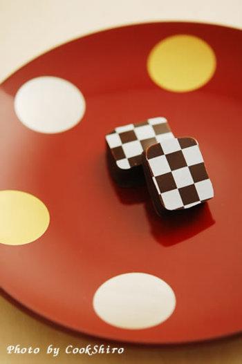 白×チョコレート色のチェック柄もオシャレ。日本酒ボンボンなど、大人なチョコレートに。