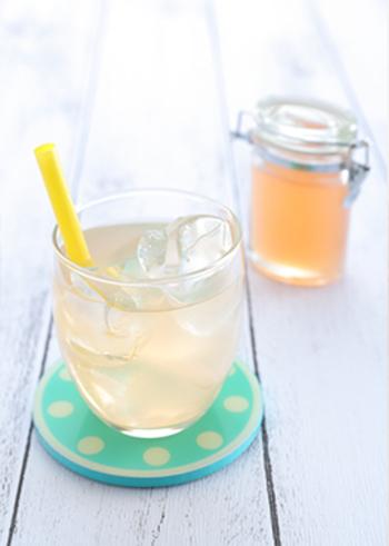 朝の乾いたカラダにオススメな、しょうがとスパイスを煮出たジンジャーシロップを水で割った、フレーバーウォーター。冷たい飲み物を楽しみたいけど、冷え対策も意識したい、そんな方にジンジャーシロップはぴったり。シロップを作る際に使う砂糖を白砂糖からきび砂糖にするとこっくりと奥行きあるドリンクに。