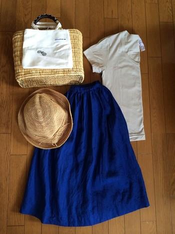 リネンのきれい色のスカート。かごバッグと麦わらで、涼しそうですね。