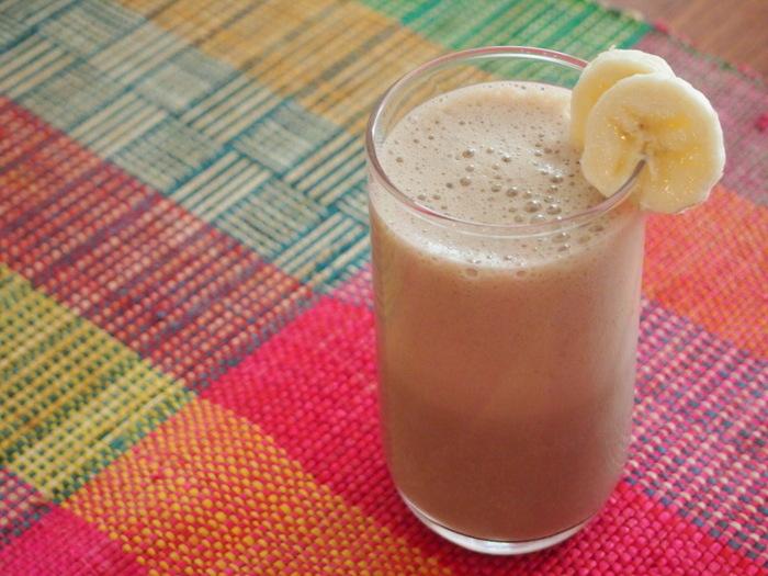 アイスコーヒーと豆乳、バナナ、はちみつ、氷をミキサーするだけで完成のフラッペ風スムージー。バナナの甘みとコーヒーのカフェインで頭すっきりなドリンクです。
