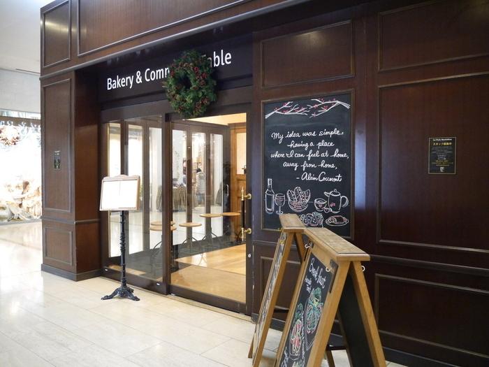 京王新線の初台駅に直結している東京オペラシティタワーの中にあるベーカリーレストランです。ベルギー発祥のこちらのお店では、天然酵母やオーガニック小麦などこだわりの材料で作られたシンプルなパンが並びます。