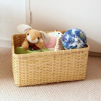 大きめの竹かごを子供のおもちゃ箱として。小さなころから日本の手仕事の美しさに触れるのは素敵なことですね。
